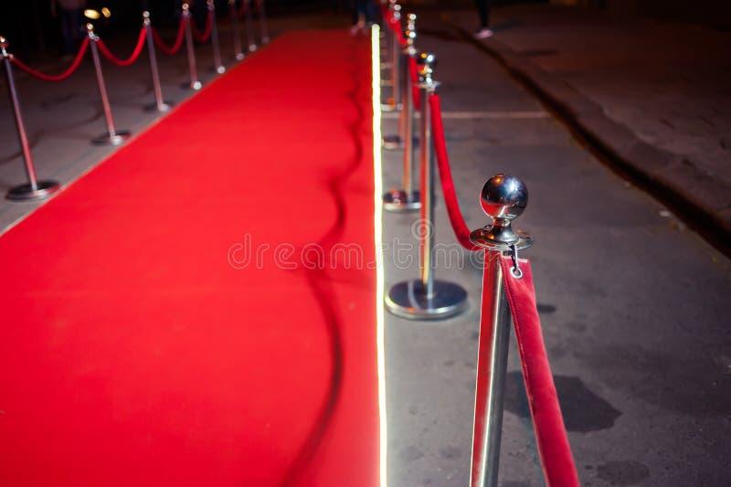 Lang Rood Tapijt - traditioneel wordt gebruikt om de route te merken die door staatshoofden bij plechtige en formele gelegenheden stock fotografie