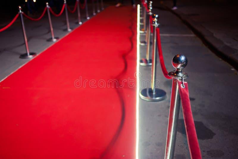 Lang Rood Tapijt - traditioneel wordt gebruikt om de route te merken die door staatshoofden bij plechtige en formele gelegenheden royalty-vrije stock foto
