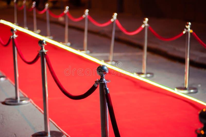 Lang Rood Tapijt - traditioneel wordt gebruikt om de route te merken die door staatshoofden bij plechtige en formele gelegenheden stock afbeelding