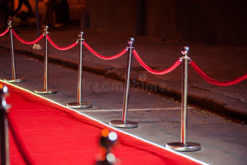 Lang Rood Tapijt - traditioneel wordt gebruikt om de route te merken die door staatshoofden bij plechtige en formele gelegenheden royalty-vrije stock afbeelding