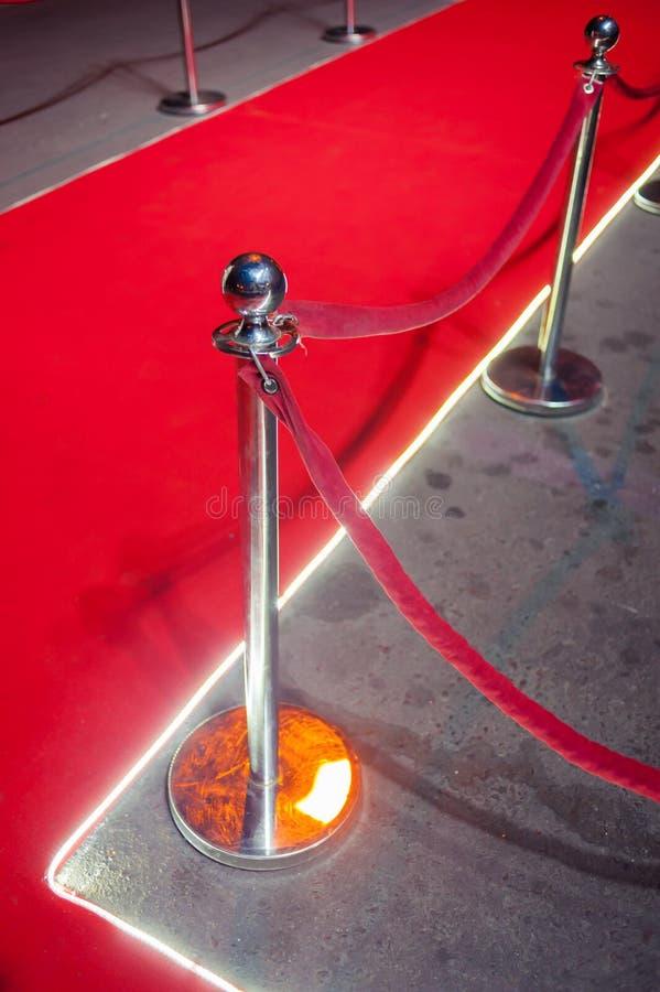 Lang Rood Tapijt - traditioneel wordt gebruikt om de route te merken die door staatshoofden bij plechtige en formele gelegenheden royalty-vrije stock afbeeldingen