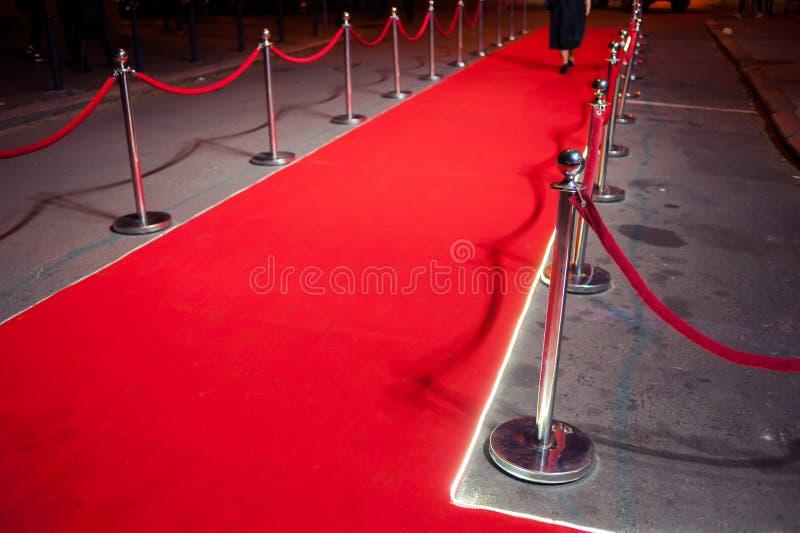 Lang Rood Tapijt - traditioneel wordt gebruikt om de route te merken die door staatshoofden bij plechtige en formele gelegenheden stock afbeeldingen