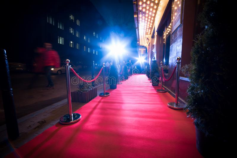 Lang Rood Tapijt - traditioneel wordt gebruikt om de route te merken die door staatshoofden bij plechtige en formele gelegenheden royalty-vrije stock foto's