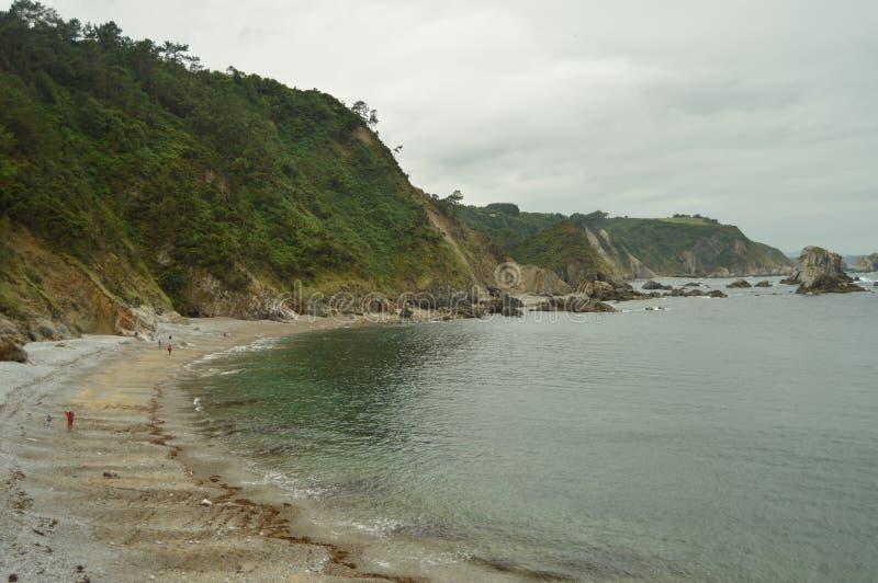 Lang, schön und Rocky Beach Of Silence lizenzfreies stockbild