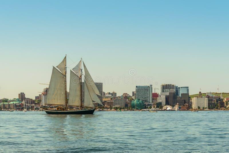 Lang schip in de haven met horizon de van de binnenstad van Halifax op een sunn royalty-vrije stock afbeeldingen