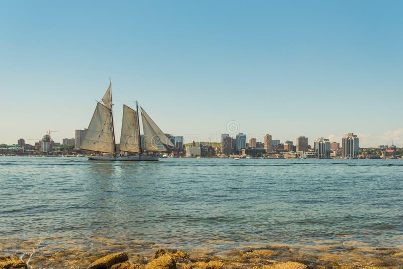 Lang schip in de haven met horizon de van de binnenstad van Halifax op een sunn royalty-vrije stock foto's