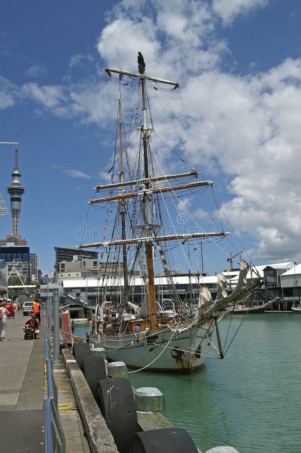 Lang schip in de haven van Auckland stock afbeeldingen