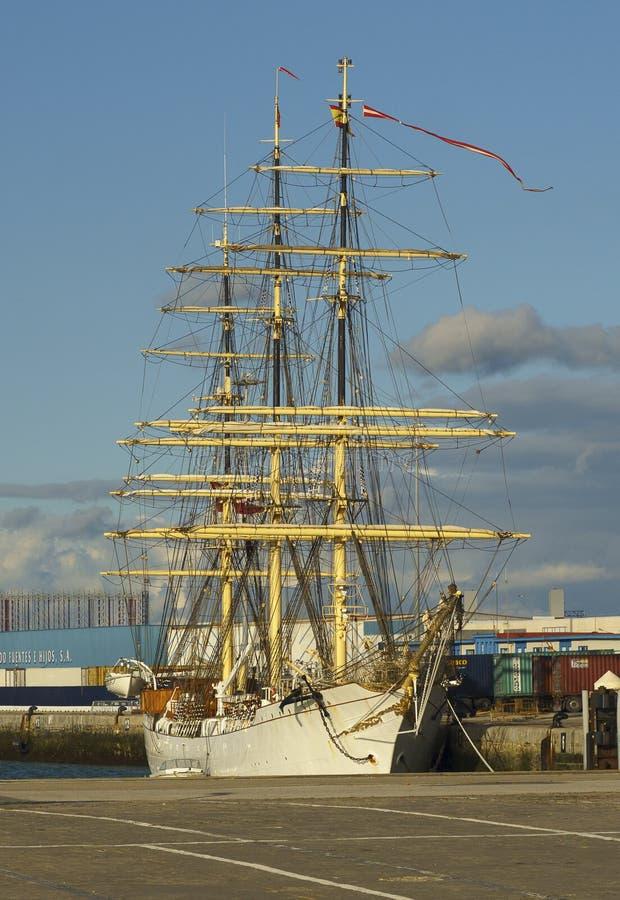 Lang Schip Denemarken bij Haven van Cadiz Spanje stock afbeelding