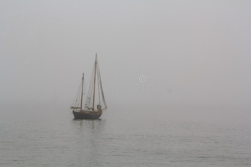 Lang schip die in het overzees in mist varen stock foto