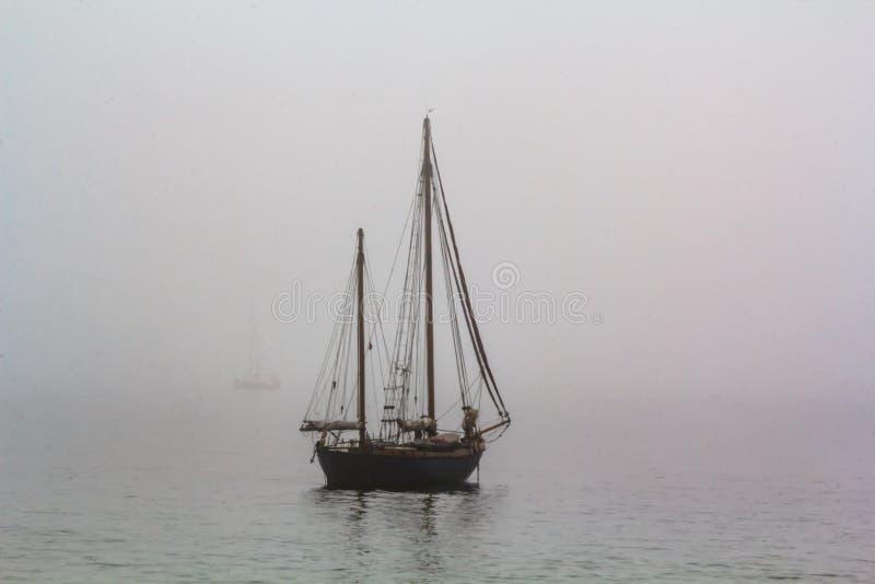 Lang schip die in het overzees in mistige nevelige dag varen royalty-vrije stock foto's