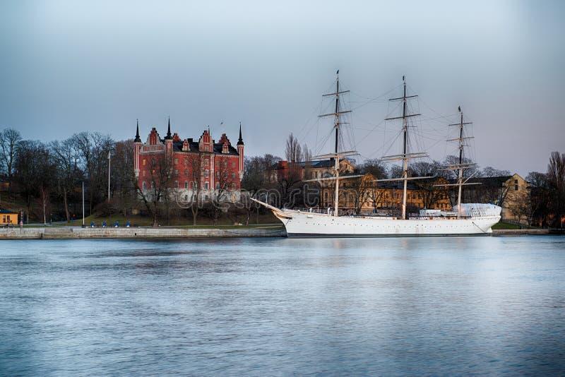Lang schip in haven stock foto