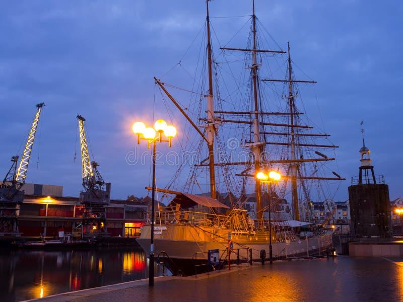 Lang schip in haven royalty-vrije stock afbeelding