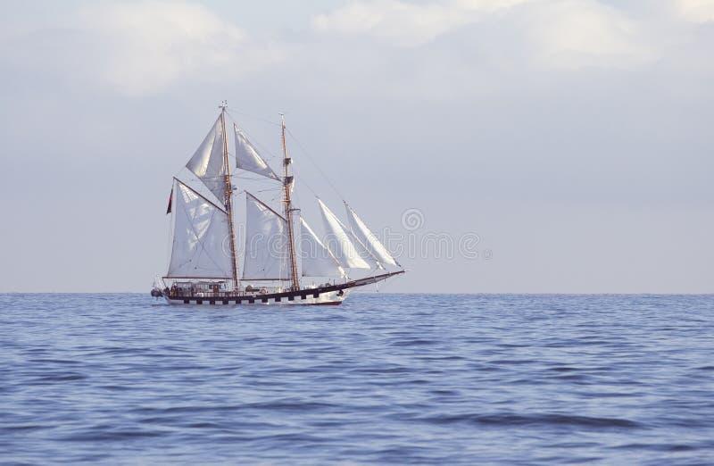 Lang schip in het overzees royalty-vrije stock foto