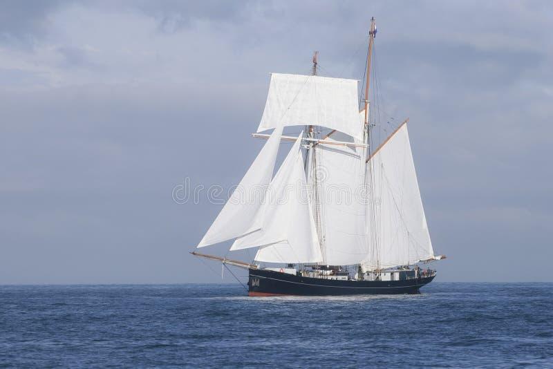 Lang schip in het overzees stock fotografie