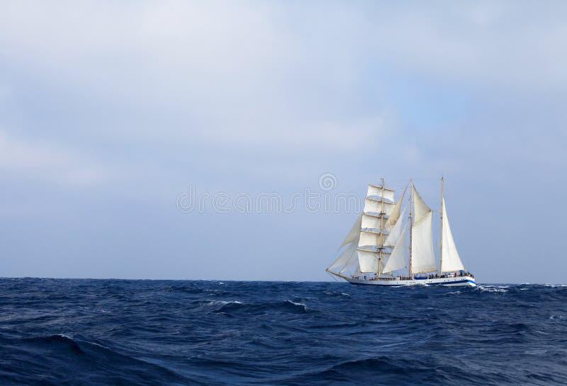 Lang schip in het overzees stock afbeeldingen