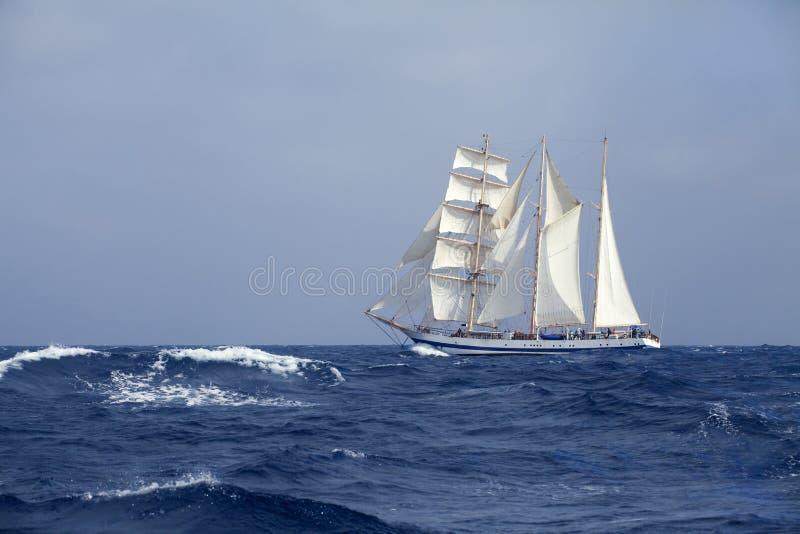 Lang schip in het overzees royalty-vrije stock fotografie