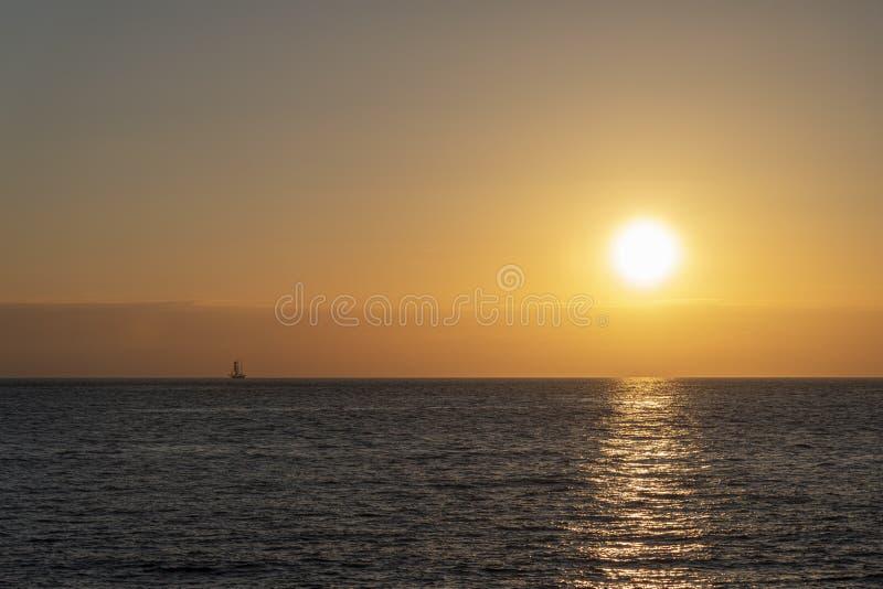Lang schipsilhouet bij de zonsondergang stock afbeeldingen