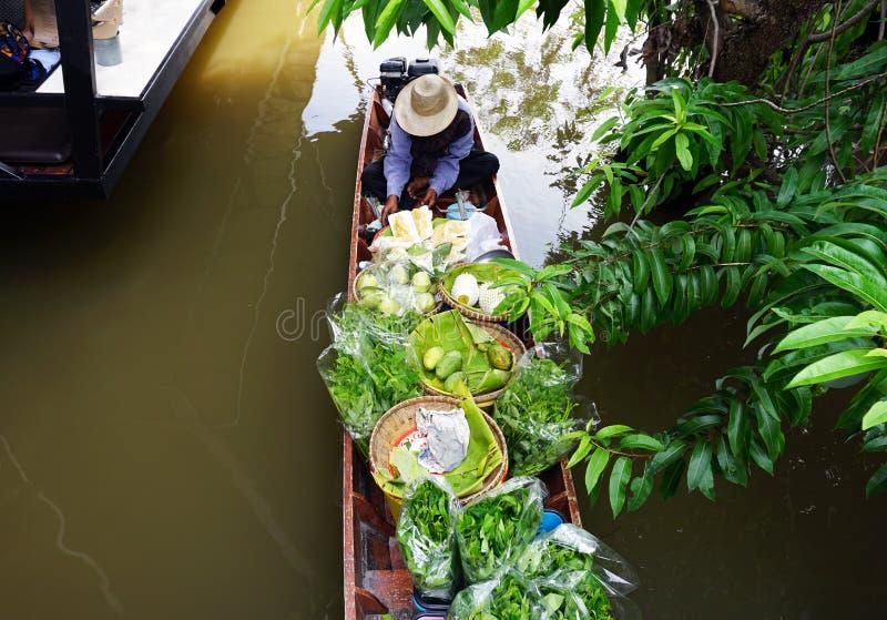 Lang-staartboot met vruchten op de het drijven markt royalty-vrije stock afbeeldingen