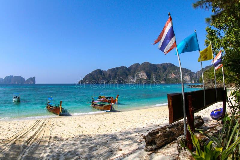 Lang-staartboten op een strand van Ko Phi Phi Don, Phi Phi Islands, Thailand stock afbeelding