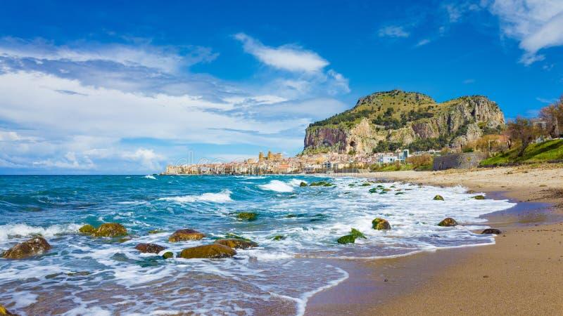 Lang strand dichtbij Cefalu, stad op Tyrrhenian kust van Sicilië, Italië royalty-vrije stock foto