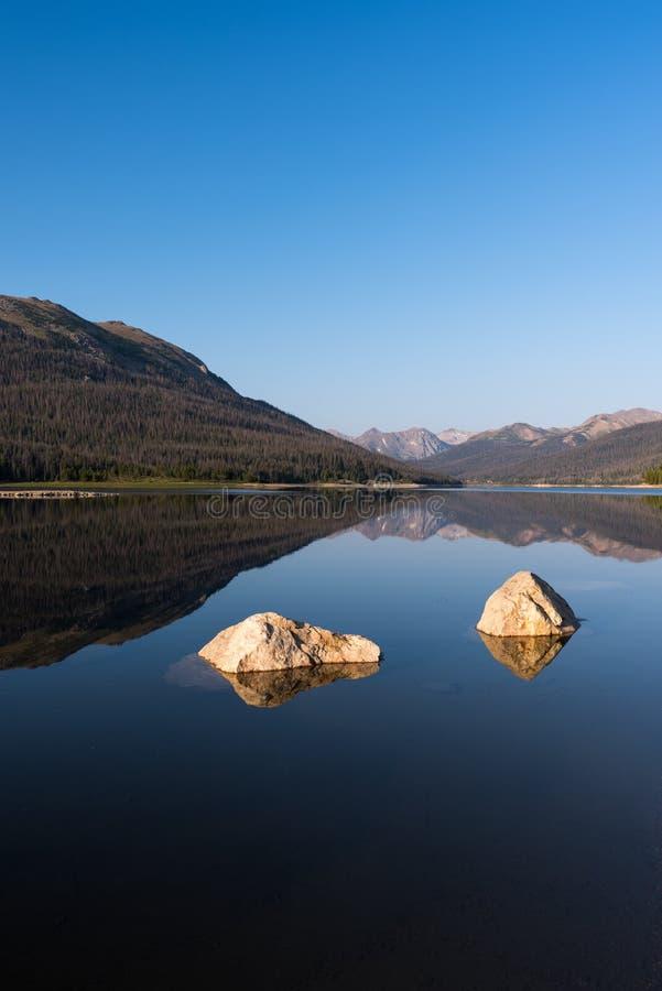 Lang trek Reservoir naast Rocky Mountain National Park in Noordelijk Colorado stock fotografie