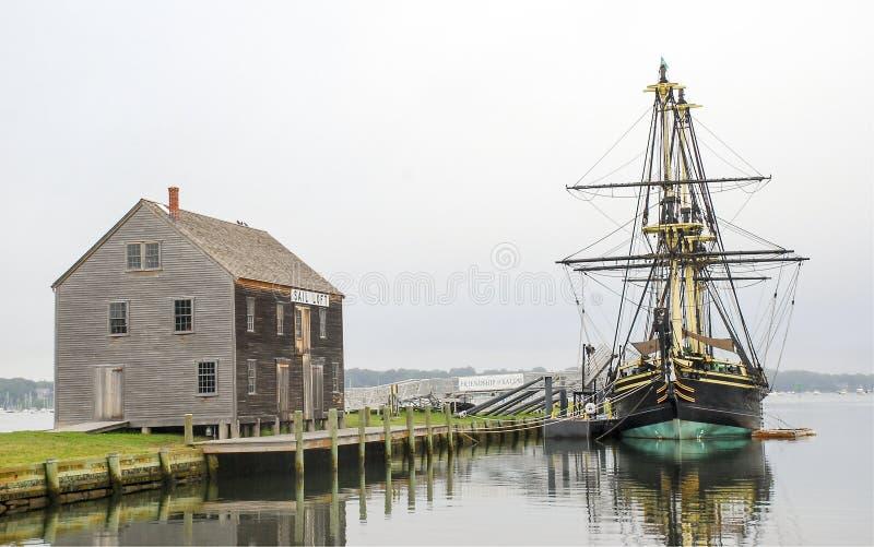 Lang Varend Schip en Botenhuis stock afbeeldingen