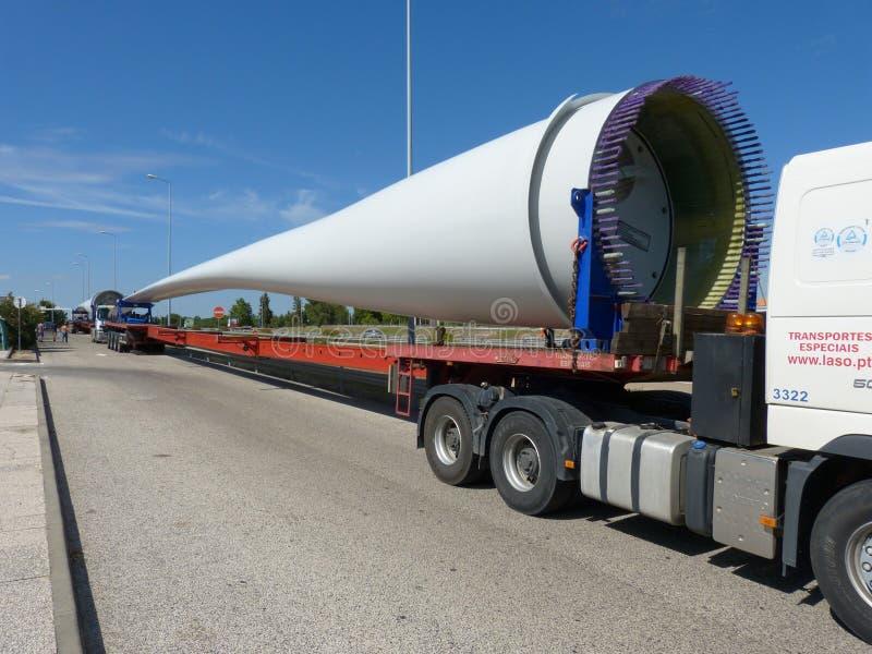 Lang-voertuigvervoer van één van de passages van een grote windgenerator royalty-vrije stock foto