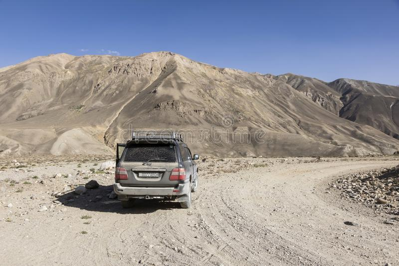 Langar,塔吉克斯坦,2018年8月23日:越野汽车在帕米尔高速公路等待 免版税库存照片