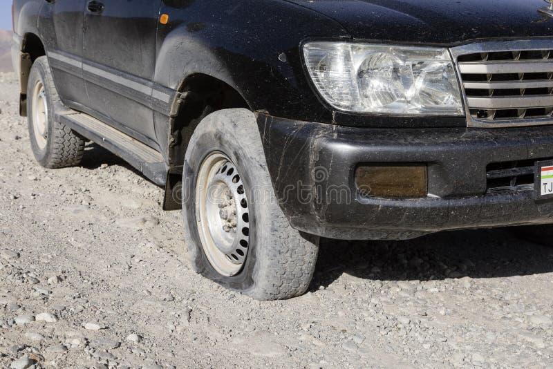 Langar, le Tadjikistan, le 23 août 2018 : Pneu crevé sur la route de Pamir près de Langar dans la zone frontalière photo stock