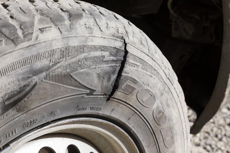 Langar, Tayikistán, el 23 de agosto de 2018: Neumático desinflado en la carretera de Pamir cerca de Langar en la zona fronteriza imagen de archivo libre de regalías