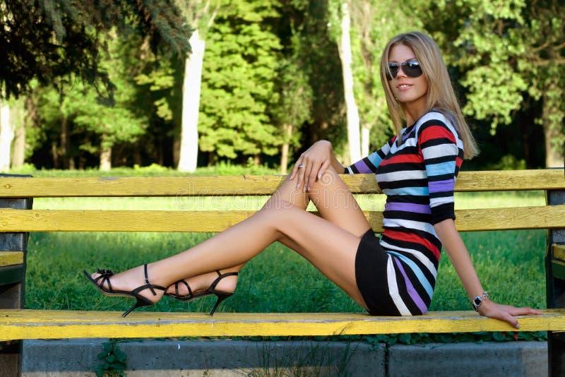 Langbenige jonge blonde royalty-vrije stock fotografie