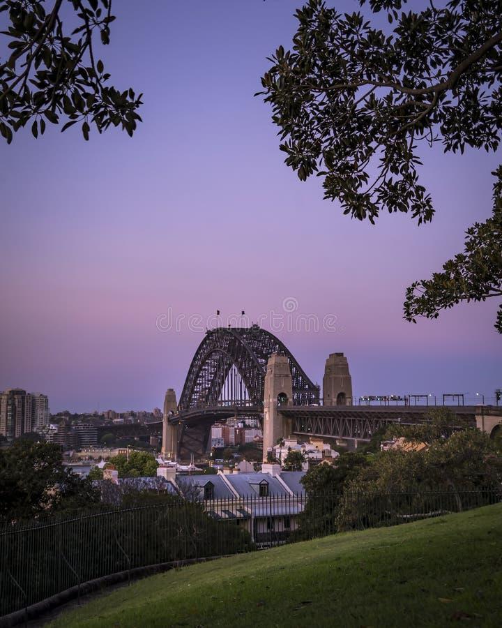 Lange afstand van Sydney Harbour Bridge met zijn torens van een park wordt geschoten dat royalty-vrije stock afbeelding