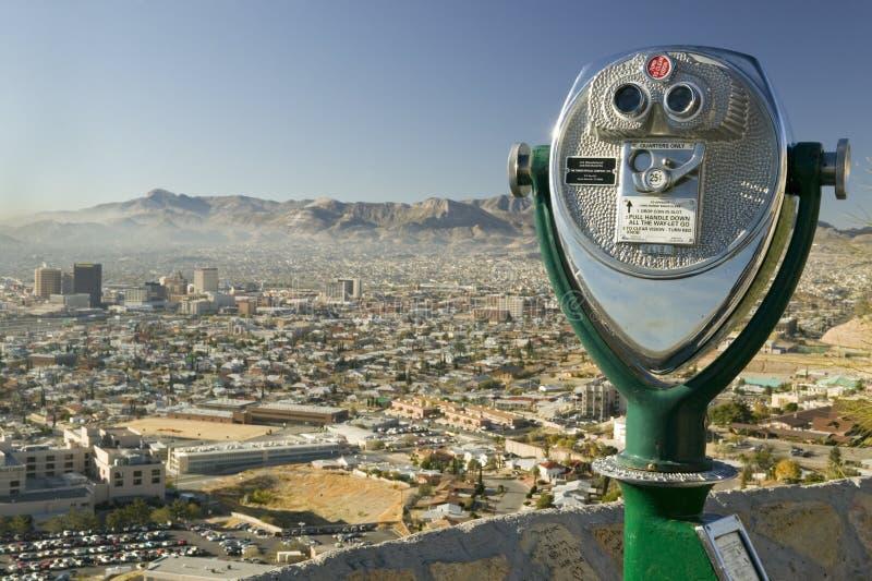 Lange afstandverrekijkers voor toeristen en panorama van horizon en van de binnenstad van El Paso Texas die naar Juarez, Mexico k stock fotografie