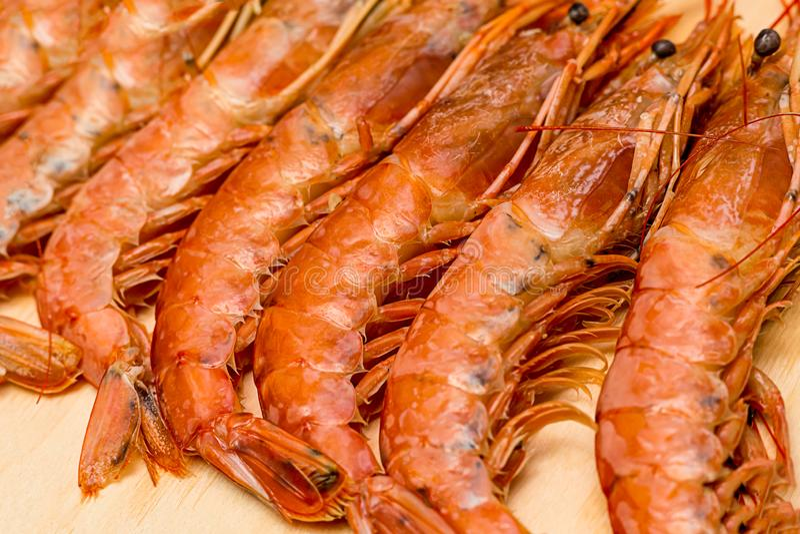 Lange appetitanregende Langoustinesviele frische Zartheit auf einer kulinarischen Basis des Hintergrundes des hölzernen Brettes b lizenzfreie stockbilder