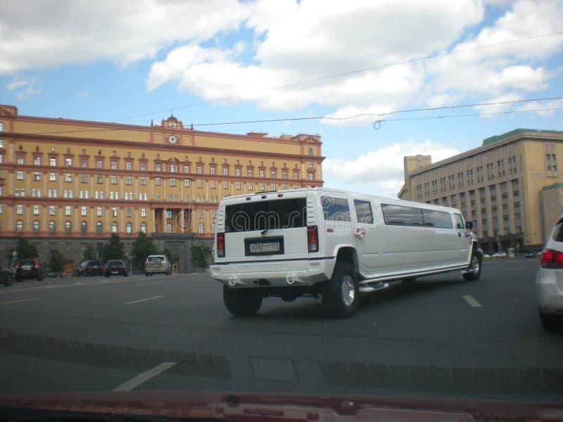 Lange auto op de wegen van Moskou met een nauwelijks merkbaar roze van het deurhandvat royalty-vrije stock fotografie