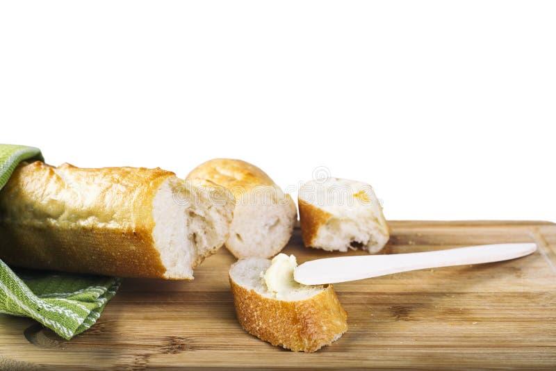 Lange baguette en houten botermes op houten scherpe raad royalty-vrije stock fotografie