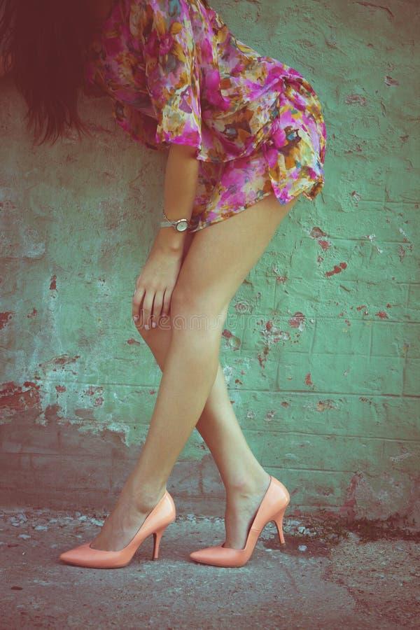 Lange Beine der Frau lizenzfreie stockfotografie