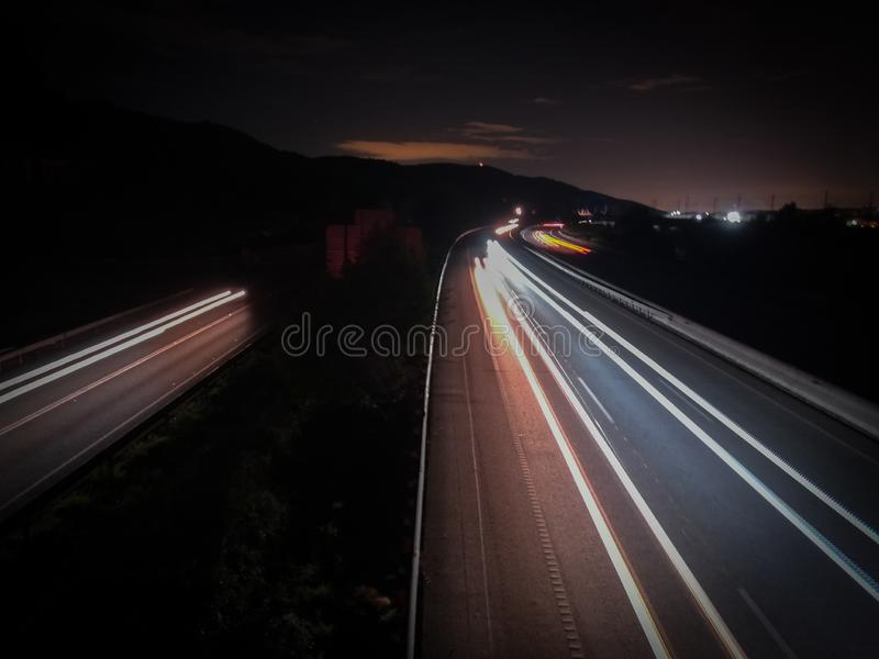 Lange Belichtung auf der Autobahn stockbild