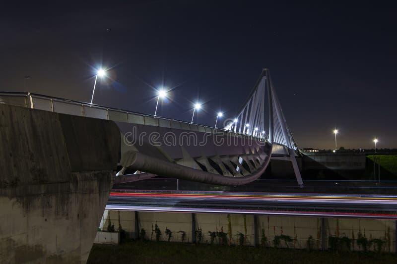 Lange Belichtung auf einer Fahrradbrücke lizenzfreie stockbilder