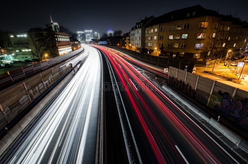Lange Belichtung der Landstraße A40 mit Skylinen von Essen stockfoto