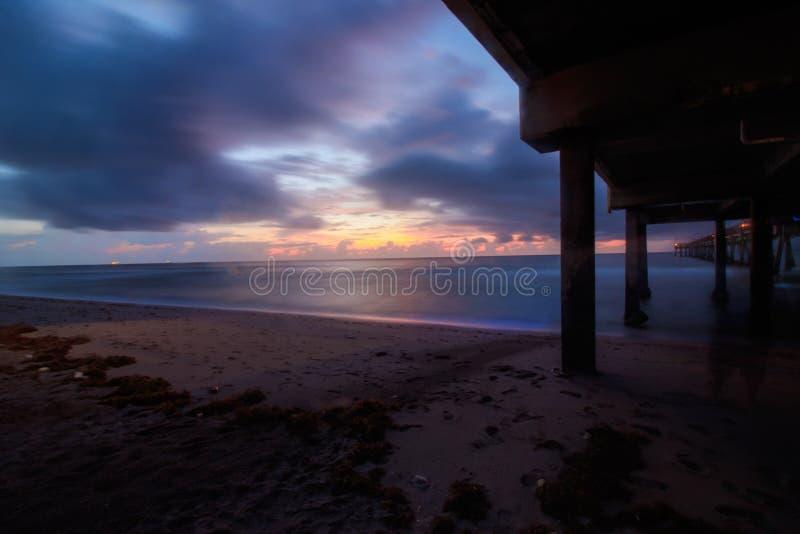 Lange Belichtung des Dania Beach-Sonnenaufgangsturms unter Dania Pier stockbild