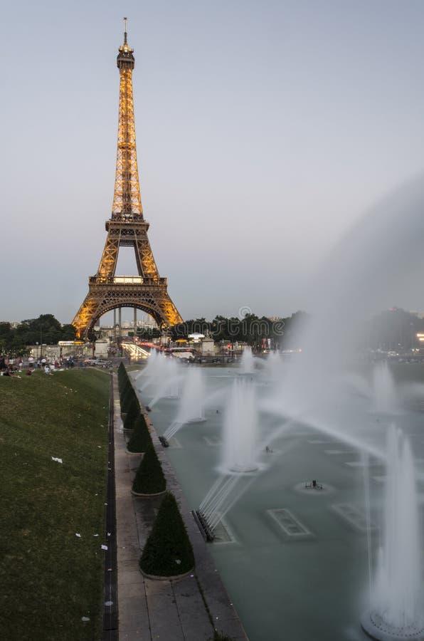 Lange Belichtung des Eiffelturms lizenzfreies stockbild