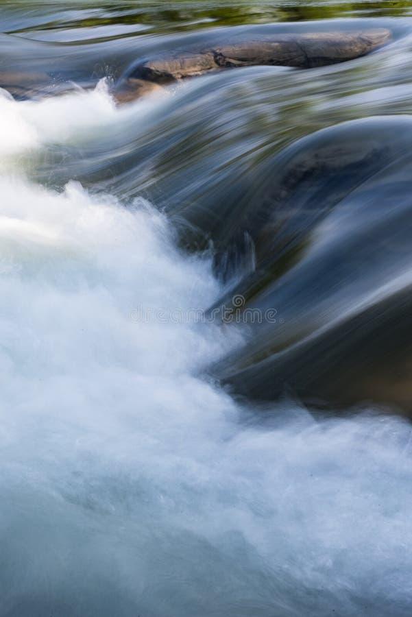 Lange Belichtung des fließenden Wassers stockfotos