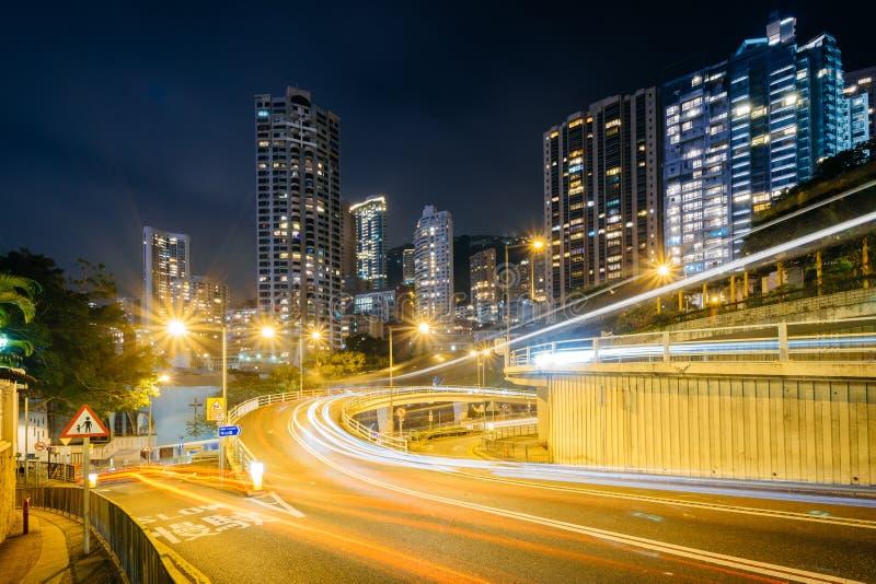 Lange Belichtung des Verkehrs auf oberem Albert Road und modernes skyscr lizenzfreies stockbild