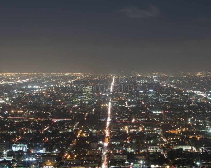 Lange Belichtung einer verkehrsreichen Straße nachts vom Gipfel stockbild