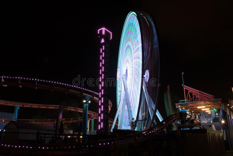 Lange Belichtung Ferris Wheel At Night lizenzfreie stockfotografie
