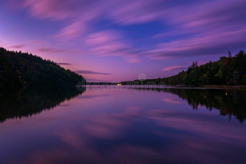 Lange Belichtung genommen nach Sonnenuntergang bei Echo Lake, Acadia nationales P stockfotos