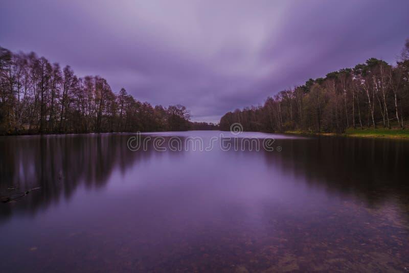 Lange Belichtung von einem See kurz vor Sonnenaufgang lizenzfreie stockbilder