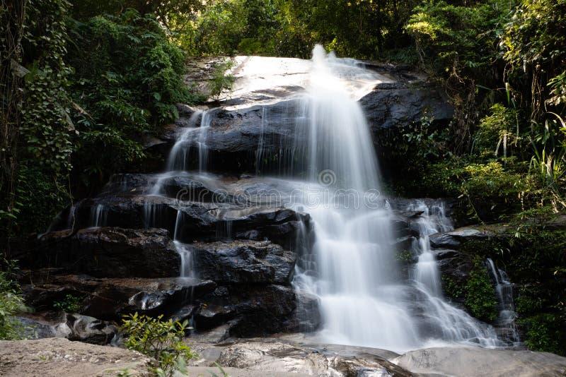 Lange Belichtung von Montha als Wasserfall im Dschungel von Chiang Mai Thailand stockbild