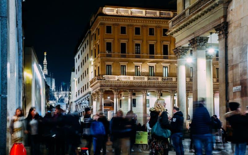 Lange Belichtung von Weihnachtskäufern bei Corso Vittorio Emanuele II nahe Duomo in Mailand, Lombardei, Italien an einem kalten N stockfotografie
